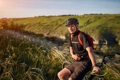 Adventur горного велосипеда Велосипедист имеет остатки на береге реки Стоковые Изображения RF