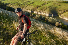 Adventur горного велосипеда Велосипедист имеет остатки на береге реки Стоковое Фото