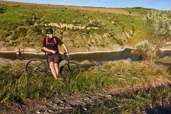 Adventur горного велосипеда Велосипедист имеет остатки на береге реки Стоковое Изображение RF