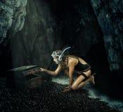 adventurousness Женщина раскрывает сундук с сокровищами стоковые изображения rf