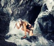adventurousness женщина с ножом в пещере моря стоковая фотография rf