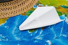 adventurousness Самолет Papercraft, шляпа на карте Взгляд сверху перемещение карты dublin принципиальной схемы города автомобиля  стоковое фото rf
