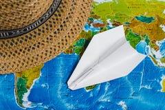 adventurousness Самолет Papercraft, шляпа на карте Взгляд сверху перемещение карты dublin принципиальной схемы города автомобиля  стоковые изображения rf