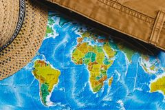 adventurousness Шляпа и джинсы Брайна на карте Взгляд сверху перемещение карты dublin принципиальной схемы города автомобиля мало стоковые фото