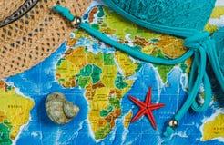 adventurousness Шляпа, купальник, Seashells, Seastar на карте Взгляд сверху перемещение карты dublin принципиальной схемы города  стоковая фотография rf