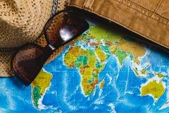adventurousness Шляпа, стекла и джинсы Брайна на карте Взгляд сверху перемещение карты dublin принципиальной схемы города автомоб стоковая фотография