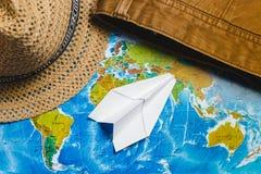 adventurousness Papercraft строгает, шляпа и джинсы Брайна на карте Взгляд сверху перемещение карты dublin принципиальной схемы г стоковое фото rf