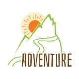 adventurousness Vector надпись эмблемы на предпосылке гор иллюстрация штока