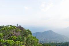 advernturer的小组迁徙在与landsca的山顶部 库存图片