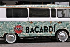 Adversiting bil/mini- skåpbil, med en Bacardi sponsor Lokaliserat av en klubba kallade framme Bacardi den centrala stången fotografering för bildbyråer