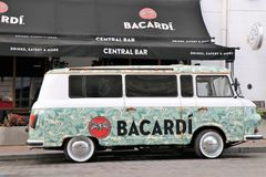 Adversiting bil/mini- skåpbil, med en Bacardi sponsor Lokaliserat av en klubba kallade framme Bacardi den centrala stången arkivfoton