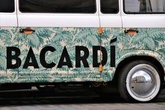 Adversiting bil/mini- skåpbil, med en Bacardi sponsor Lokaliserat av en klubba kallade framme Bacardi den centrala stången royaltyfria bilder