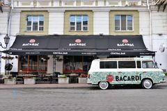Adversiting bil/mini- skåpbil, med en Bacardi sponsor Lokaliserat av en klubba kallade framme Bacardi den centrala stången royaltyfria foton