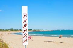 Advertência na praia que é proibida imagem de stock