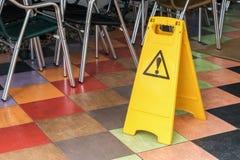 Advertencia amarilla de la etiqueta del piso resbaladizo Imagen de archivo libre de regalías