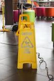 Advertencia amarilla de la etiqueta del piso resbaladizo Foto de archivo