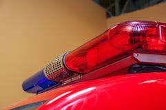 Advertencia azul roja con la sirena larga en el tejado del coche Imágenes de archivo libres de regalías
