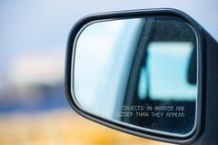 Advertencia borrosa espejo del objeto del automóvil de la vista posterior Imágenes de archivo libres de regalías
