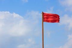Advertencia de la bandera roja Imagenes de archivo