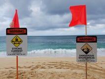Advertencia de la corriente fuerte - playa de la puesta del sol Foto de archivo libre de regalías