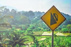 Advertencia de la muestra de caminos escarpados en Sumatra Imagen de archivo