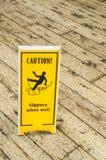 Advertencia de la muestra contra piso resbaladizo Imagenes de archivo
