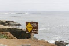 Advertencia de la muestra del peligro de acantilados que caen Imagen de archivo libre de regalías