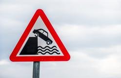 Advertencia de la muestra del peligro que baja en agua Imágenes de archivo libres de regalías