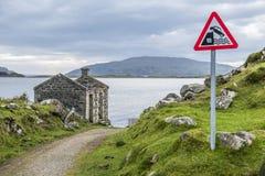 Advertencia de la muestra del peligro que baja en agua Imagen de archivo libre de regalías