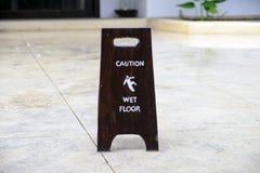 Advertencia de la muestra del piso mojado de la precaución Foto de archivo libre de regalías