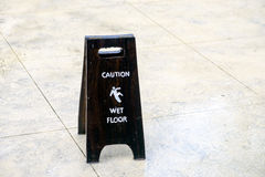 Advertencia de la muestra del piso mojado de la precaución Fotografía de archivo libre de regalías
