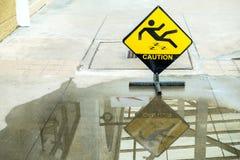 Advertencia de la muestra del piso mojado de la precaución Imágenes de archivo libres de regalías