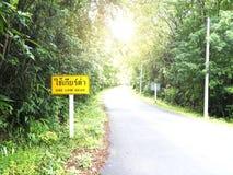 Advertencia de la muestra del tráfico por carretera para utilizar el engranaje bajo Imágenes de archivo libres de regalías