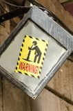 Advertencia de la muestra de la gente que lanza para arriba Imágenes de archivo libres de regalías