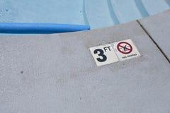 Advertencia de la profundidad de la piscina Foto de archivo