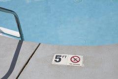 Advertencia de la profundidad de la piscina Fotografía de archivo