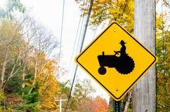 Advertencia de la señal de tráfico contra los tractores en el camino Fotos de archivo libres de regalías