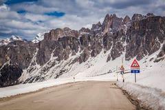 Advertencia de la señal de tráfico de condiciones y del límite de velocidad resbaladizos, Europa Fotografía de archivo libre de regalías