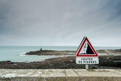Advertencia de la señal de tráfico de los acantilados del peligro Fotografía de archivo
