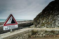 Advertencia de la señal de tráfico de los acantilados del peligro Foto de archivo