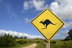 Advertencia del animal salvaje del canguro en icono de la señal de tráfico Fotografía de archivo