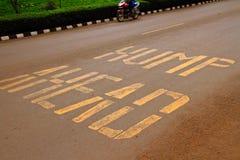 Advertencia del camino de la chepa a continuación Foto de archivo libre de regalías