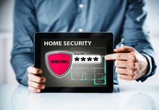Advertencia en línea de la seguridad en el hogar para un código incorrecto fotos de archivo libres de regalías