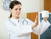 Advertencia femenina seria del médico de drogas culpables Fotografía de archivo libre de regalías