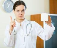 Advertencia femenina seria del médico de drogas culpables Foto de archivo