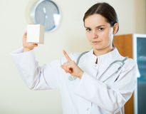 Advertencia femenina seria del médico de drogas culpables Imagen de archivo libre de regalías