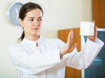 Advertencia femenina seria del médico de drogas culpables Foto de archivo libre de regalías