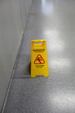 Advertencia mojada del piso de la precaución Imagenes de archivo