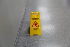 Advertencia mojada del piso de la precaución Foto de archivo