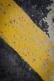 Advertencia negra y amarilla de la señal de tráfico Fotos de archivo libres de regalías